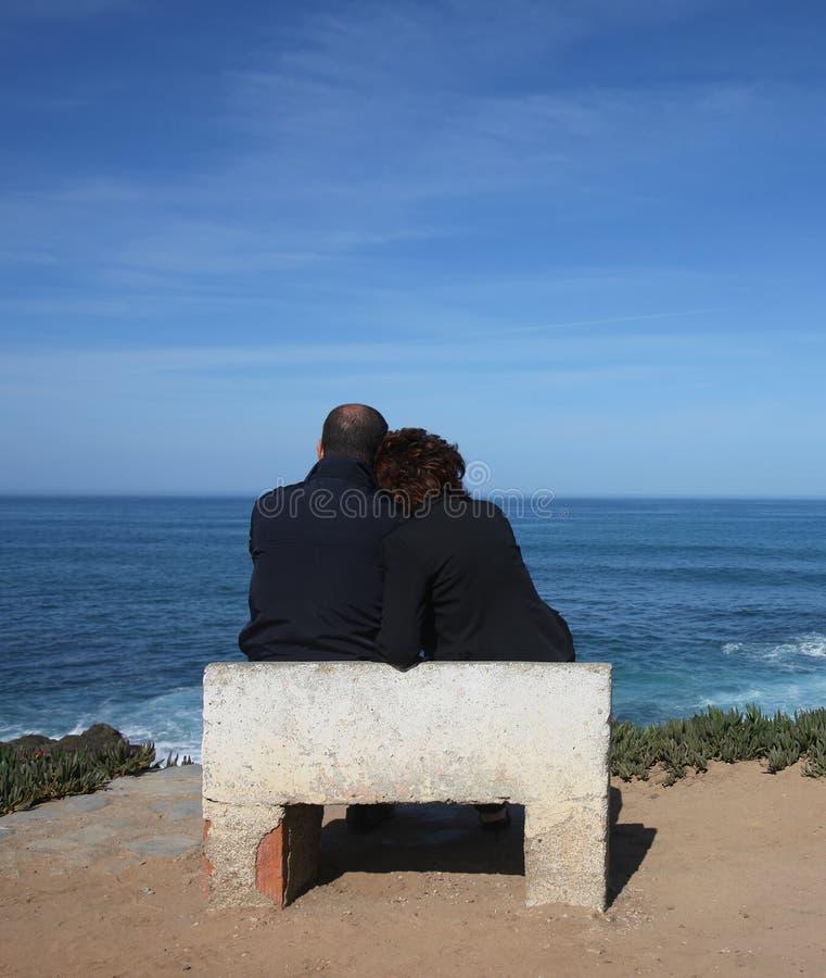 ζεύγος που κάθεται στοκ εικόνες με δικαίωμα ελεύθερης χρήσης