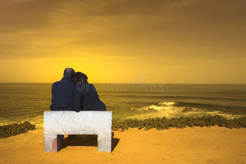 ζεύγος που κάθεται στοκ φωτογραφίες