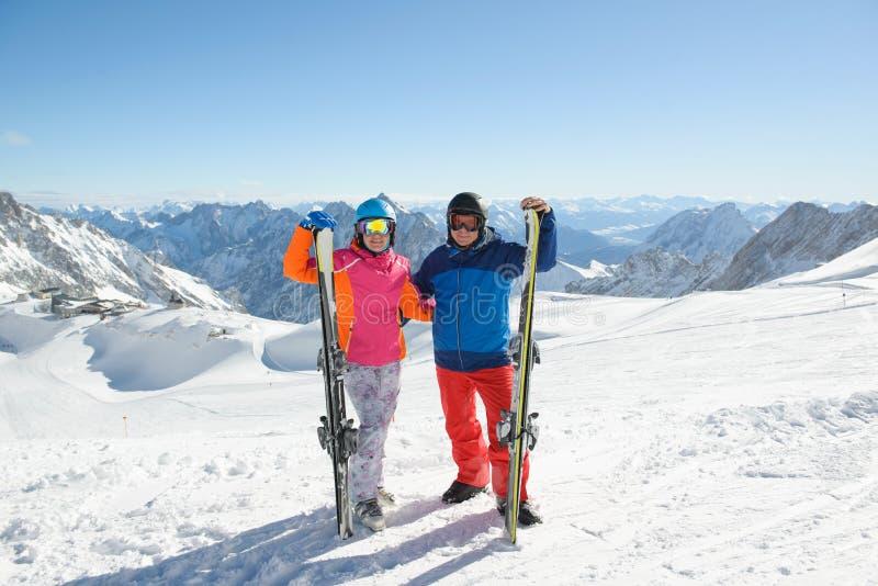 Ζεύγος που κάνει σκι στα βουνά μια ηλιόλουστη χειμερινή ημέρα στοκ φωτογραφία με δικαίωμα ελεύθερης χρήσης