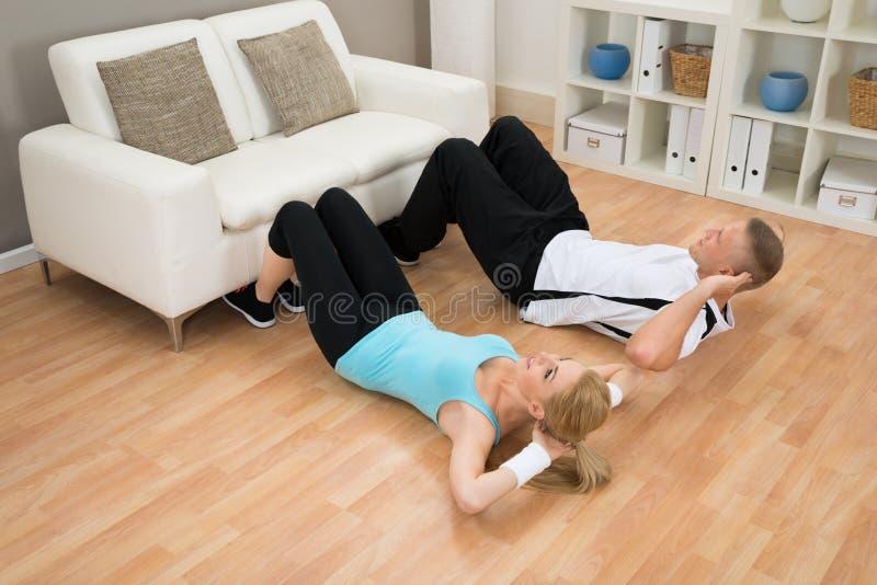 Ζεύγος που κάνει workout στοκ φωτογραφίες με δικαίωμα ελεύθερης χρήσης
