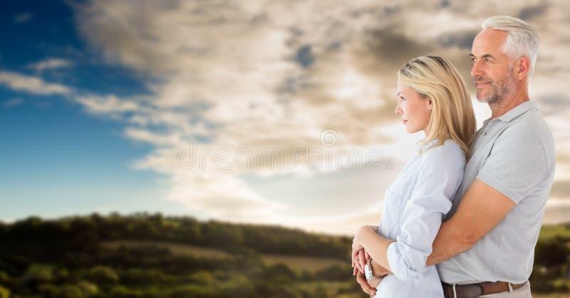 Ζεύγος που κοιτάζει στο αριστερό ενάντια στον ουρανό και τους λόφους στοκ φωτογραφία με δικαίωμα ελεύθερης χρήσης