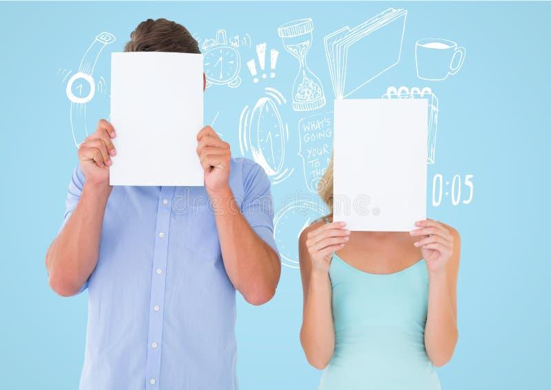 Ζεύγος που κρατά την κενή σελίδα μπροστά από το πρόσωπό τους στο μπλε κλίμα στοκ εικόνες