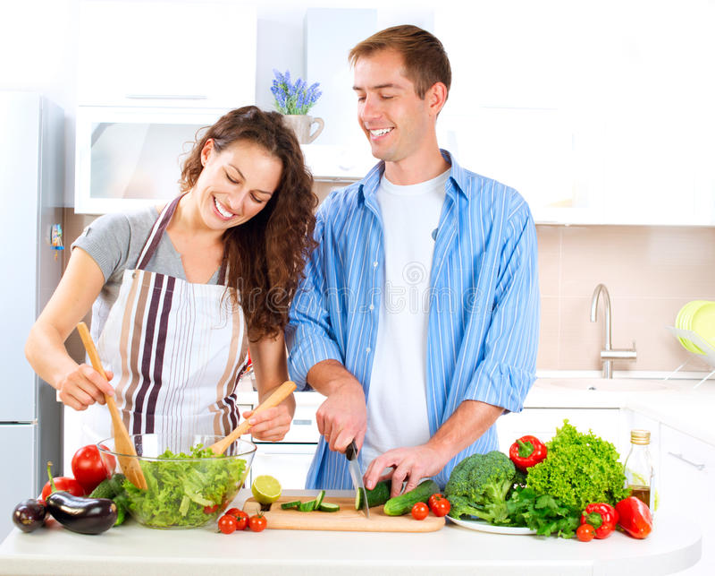 Ζεύγος που μαγειρεύει από κοινού στοκ φωτογραφία με δικαίωμα ελεύθερης χρήσης