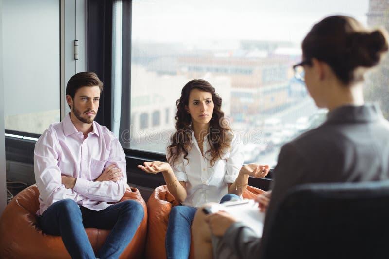 Ζεύγος που μιλά σε έναν σύμβουλο γάμου κατά τη διάρκεια της θεραπείας στοκ φωτογραφία με δικαίωμα ελεύθερης χρήσης