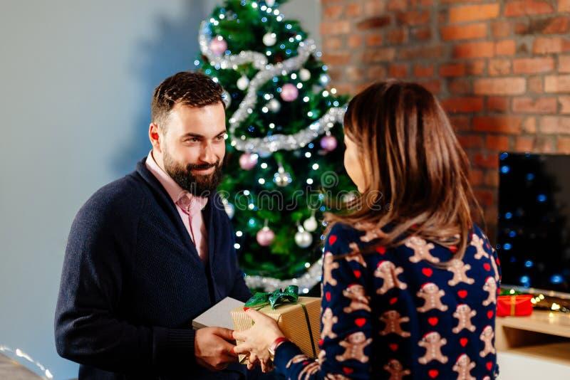 Ζεύγος που μοιράζεται τα χριστουγεννιάτικα δώρα στοκ φωτογραφίες με δικαίωμα ελεύθερης χρήσης