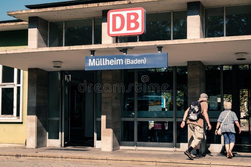 Ζεύγος που μπαίνει στο σταθμό τρένου Mullheim στοκ φωτογραφία με δικαίωμα ελεύθερης χρήσης