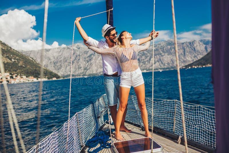 Ζεύγος που ξοδεύει τον ευτυχή χρόνο σε ένα γιοτ εν πλω Διακοπές πολυτέλειας σε ένα seaboat στοκ εικόνες