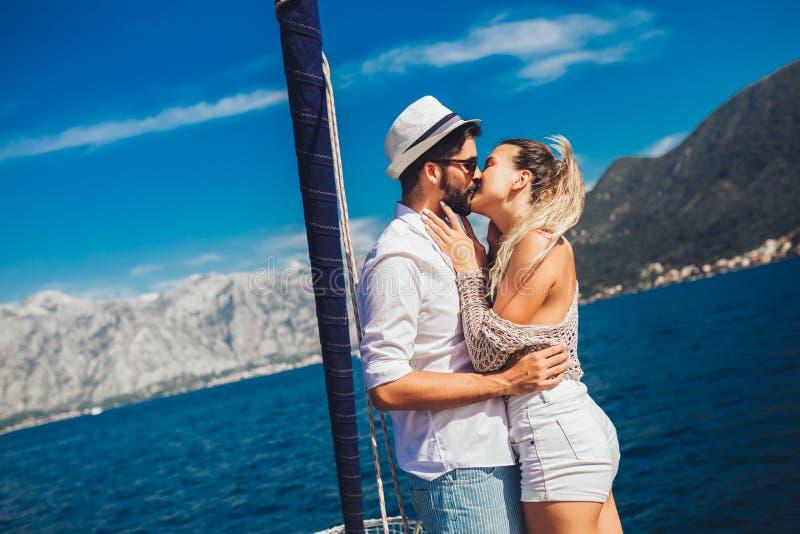 Ζεύγος που ξοδεύει τον ευτυχή χρόνο σε ένα γιοτ εν πλω Διακοπές πολυτέλειας σε ένα seaboat στοκ φωτογραφία