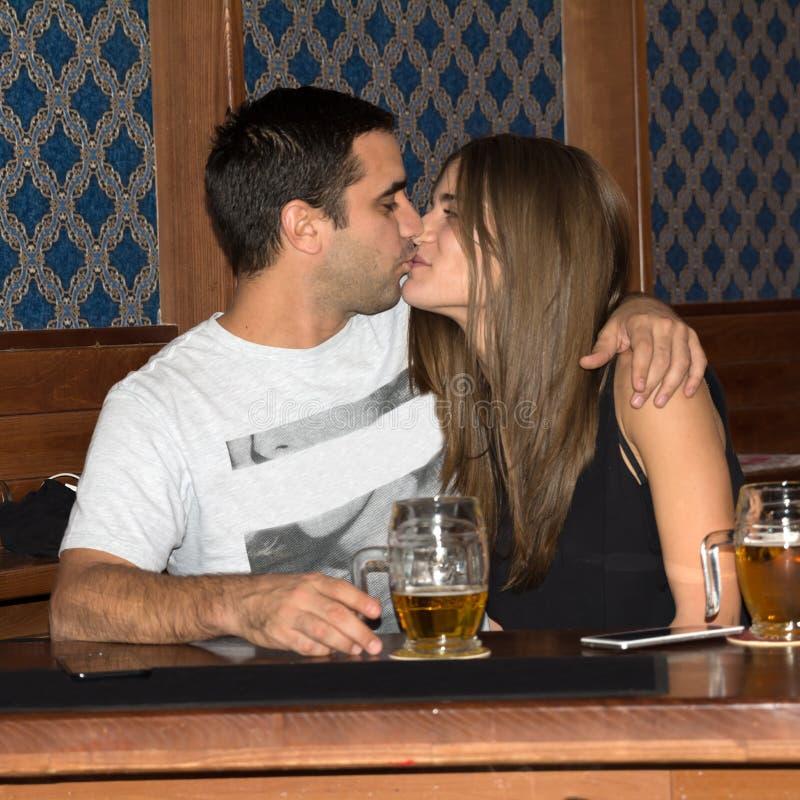 Ζεύγος που πίνει και που έχει τη διασκέδαση από κοινού στοκ φωτογραφία με δικαίωμα ελεύθερης χρήσης