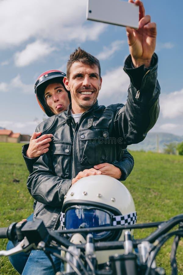 Ζεύγος που παίρνει ένα selfie στη μοτοσικλέτα στοκ εικόνες