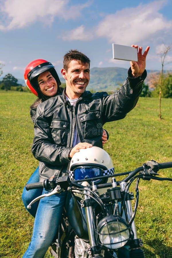 Ζεύγος που παίρνει ένα selfie στη μοτοσικλέτα στοκ εικόνα