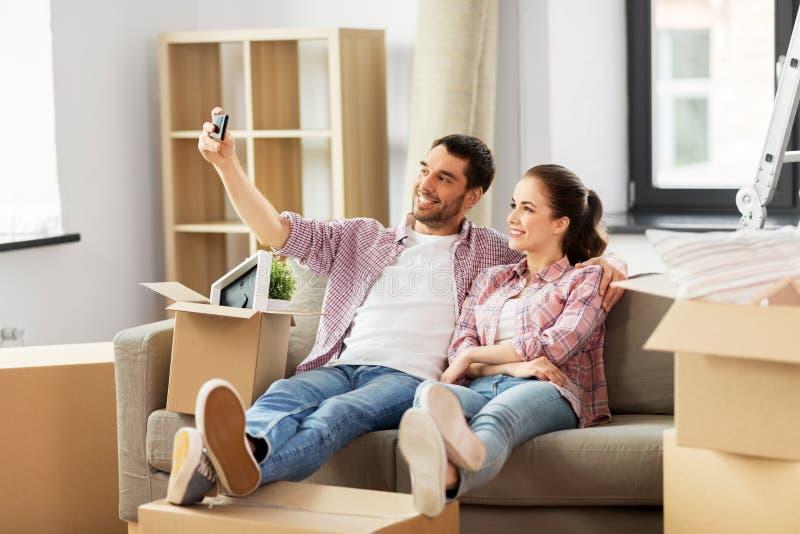 Ζεύγος που παίρνει selfie από το smartphone στο νέο σπίτι στοκ εικόνες
