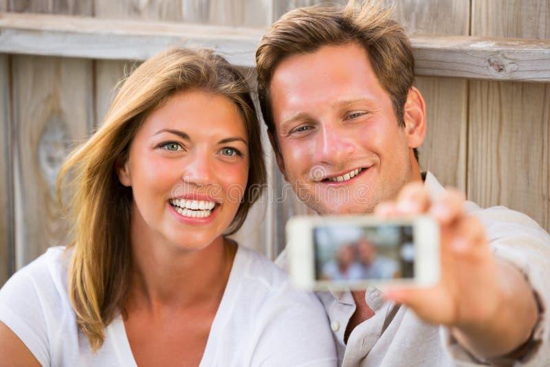 Ζεύγος που παίρνει selfie με το τηλέφωνο στοκ εικόνα με δικαίωμα ελεύθερης χρήσης