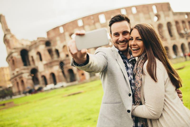 Ζεύγος που παίρνει selfie στη Ρώμη, Ιταλία στοκ εικόνες