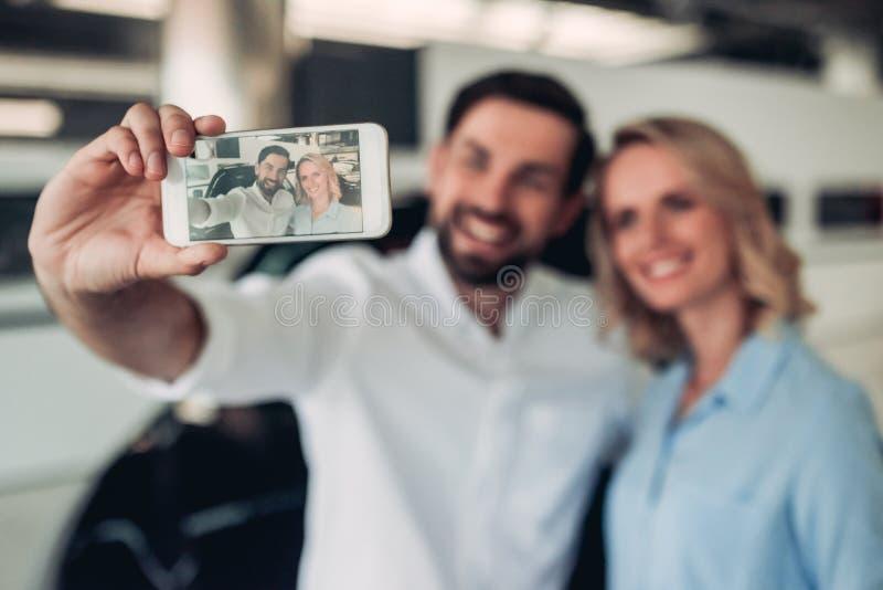 Ζεύγος που παίρνει selfie στο smartphone στοκ εικόνες