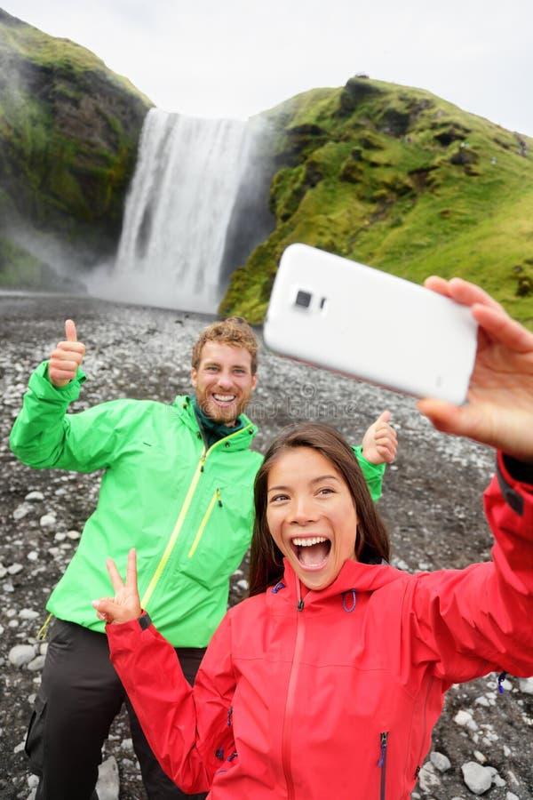 Ζεύγος που παίρνει selfie τον καταρράκτη εικόνων smartphone στοκ φωτογραφίες με δικαίωμα ελεύθερης χρήσης