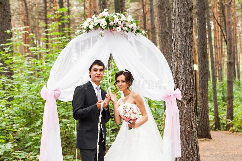Ζεύγος που παντρεύεται σε έναν υπαίθριο γάμο στοκ εικόνες
