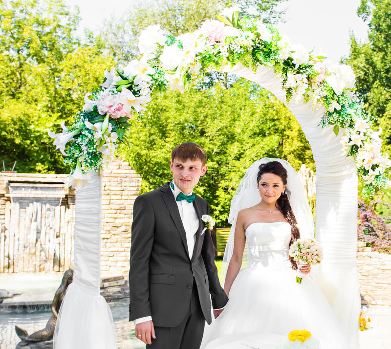 Ζεύγος που παντρεύεται σε μια υπαίθρια γαμήλια τελετή στοκ φωτογραφίες