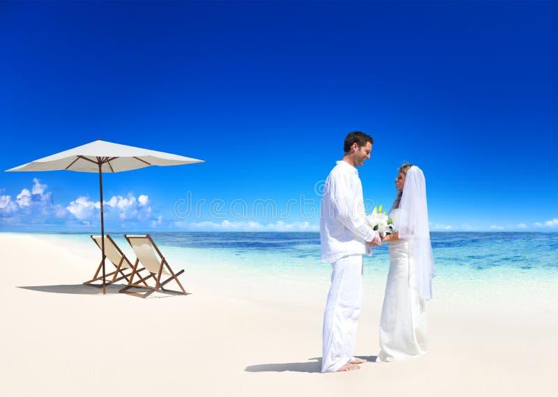 Ζεύγος που παντρεύεται στην παραλία στοκ φωτογραφίες