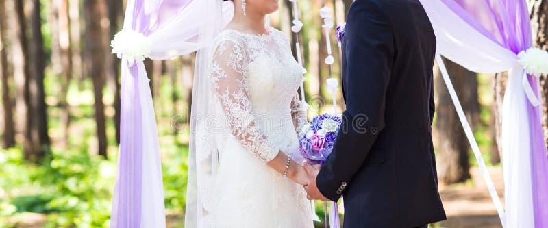 ζεύγος που παντρεύεται στοκ φωτογραφίες με δικαίωμα ελεύθερης χρήσης