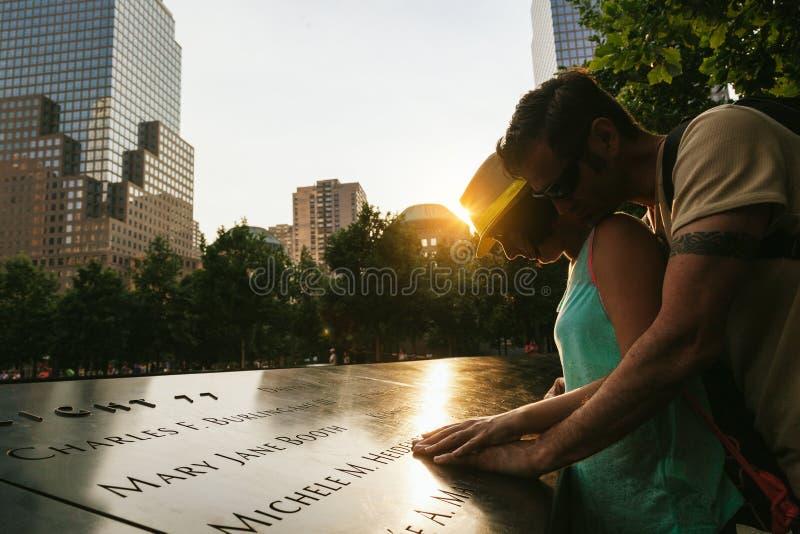 Ζεύγος που παρουσιάζει σεβασμό στα θύματα στο εθνικό μνημείο στις 11 Σεπτεμβρίου στοκ φωτογραφίες με δικαίωμα ελεύθερης χρήσης