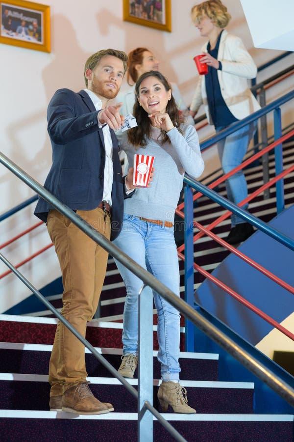 Ζεύγος που περπατά κάτω από τα σκαλοπάτια στον κινηματογράφο στοκ φωτογραφία με δικαίωμα ελεύθερης χρήσης