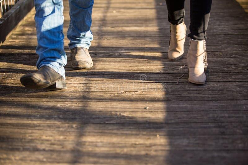 Ζεύγος που περπατά στα ξύλινα πόδια παπουτσιών διάβασης πεζών μόνο στοκ εικόνες με δικαίωμα ελεύθερης χρήσης
