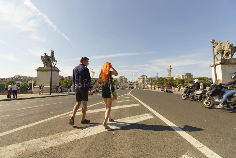 Ζεύγος που περπατά στις οδούς του Παρισιού στοκ εικόνα