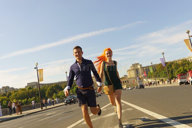 Ζεύγος που περπατά στις οδούς του Παρισιού στοκ φωτογραφίες με δικαίωμα ελεύθερης χρήσης