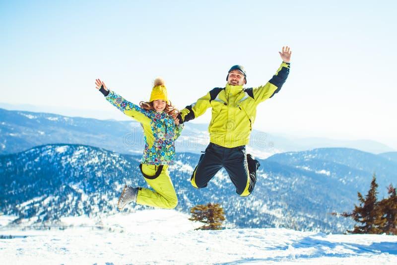 Ζεύγος που πηδά το χειμώνα στα βουνά στοκ εικόνες