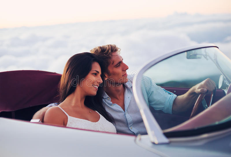 Ζεύγος που προσέχει το ηλιοβασίλεμα στο κλασικό εκλεκτής ποιότητας αυτοκίνητο στοκ φωτογραφίες με δικαίωμα ελεύθερης χρήσης