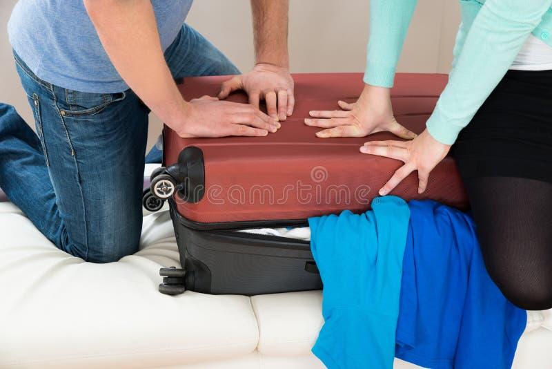 Ζεύγος που συσκευάζει μαζί τις αποσκευές στοκ φωτογραφία με δικαίωμα ελεύθερης χρήσης
