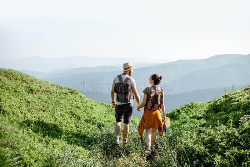 Ζεύγος που ταξιδεύει στα βουνά στοκ φωτογραφία με δικαίωμα ελεύθερης χρήσης