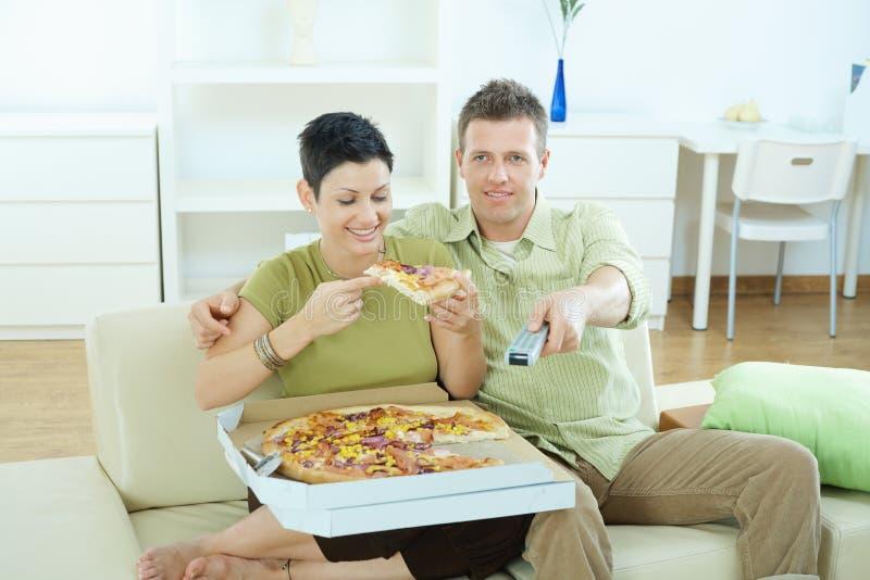 Ζεύγος που τρώει την πίτσα στοκ φωτογραφία