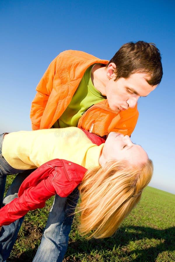 ζεύγος που φιλιέται στοκ εικόνα