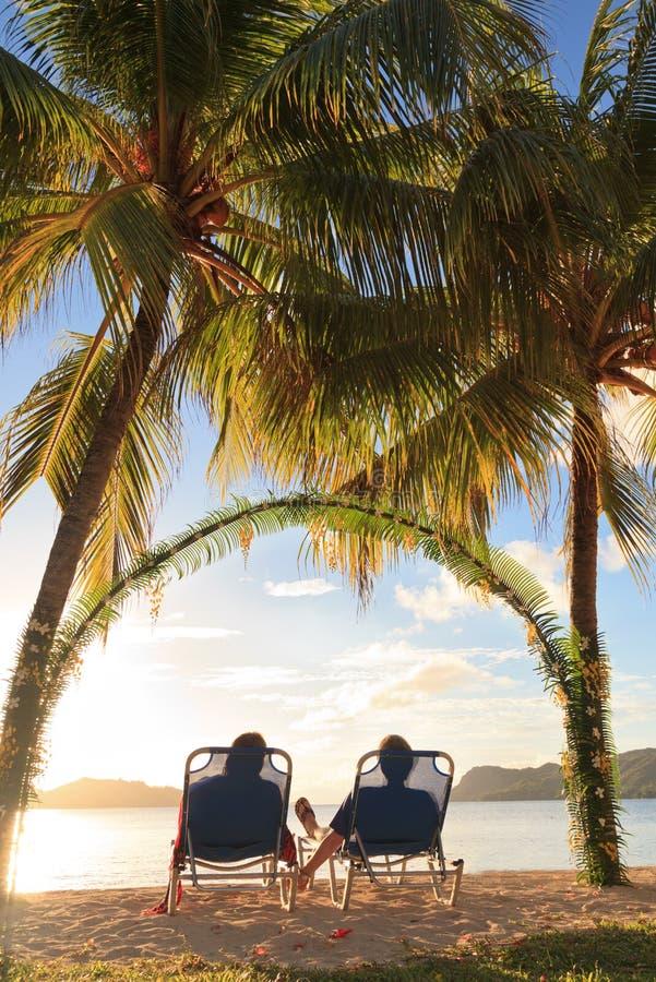 ζεύγος που χαλαρώνουν sunbeds στοκ φωτογραφία