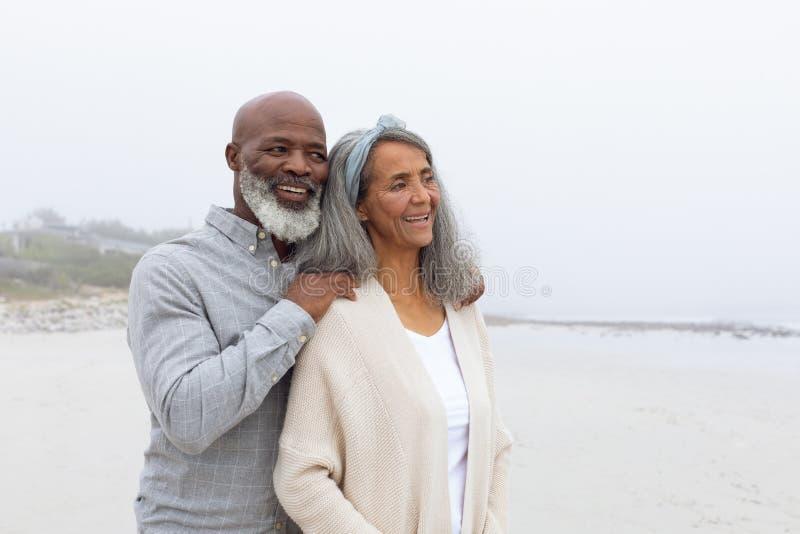Ζεύγος που χαμογελά στην παραλία στοκ φωτογραφίες με δικαίωμα ελεύθερης χρήσης