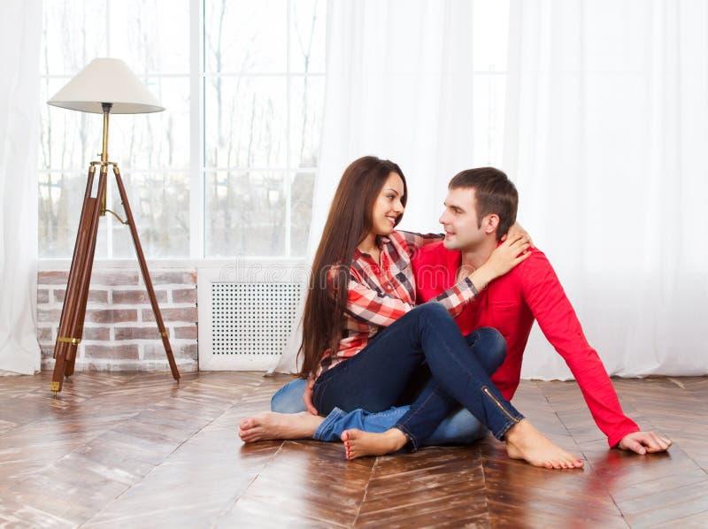 Ζεύγος που χαλαρώνει στο σπίτι στο πάτωμα στοκ φωτογραφίες με δικαίωμα ελεύθερης χρήσης