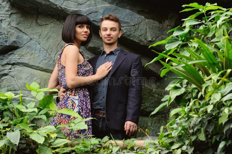 Ζεύγος σε έναν περίπατο στο ρομαντικό βοτανικό κήπο θέσεων στοκ φωτογραφία με δικαίωμα ελεύθερης χρήσης