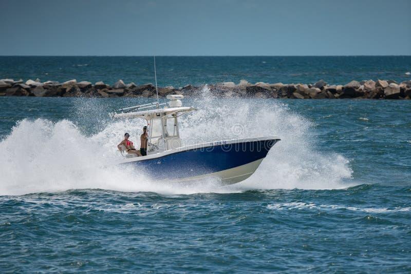 Ζεύγος σε ένα αλιευτικό σκάφος στο Μαϊάμι Μπιτς που απολαμβάνει τις θερινές διακοπές στοκ εικόνες με δικαίωμα ελεύθερης χρήσης