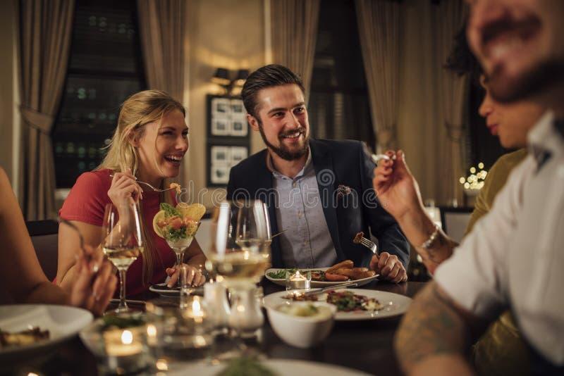 Ζεύγος σε ένα γεύμα εστιατορίων στοκ εικόνες