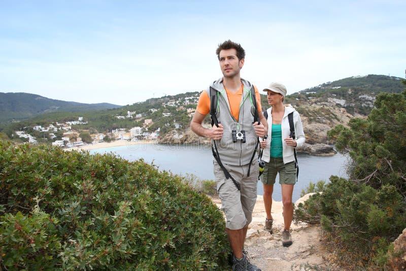 Ζεύγος σε ένα ταξίδι πεζοπορίας σε Ibiza στοκ φωτογραφία με δικαίωμα ελεύθερης χρήσης