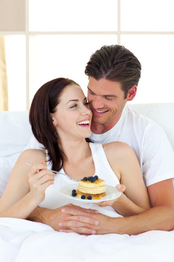 ζεύγος σπορείων που τρώ&epsilon στοκ φωτογραφία με δικαίωμα ελεύθερης χρήσης