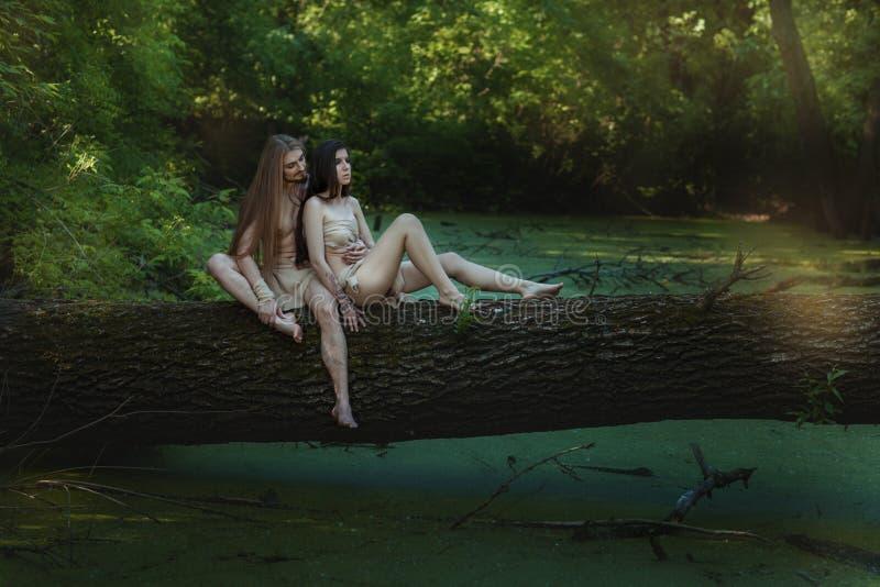 Ζεύγος στα δάση στοκ φωτογραφίες