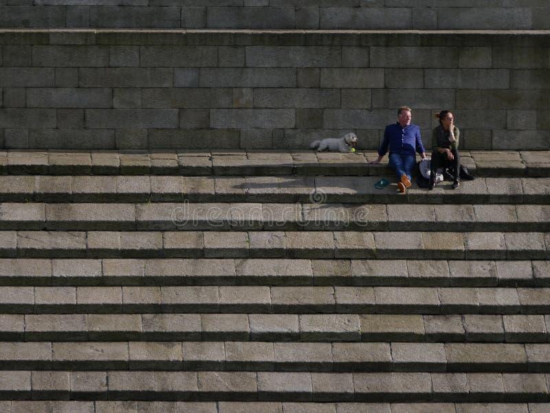 Ζεύγος στα βήματα του μνημείου του Ουέλλινγκτον, πάρκο του Phoenix, Δουβλίνο στοκ φωτογραφίες με δικαίωμα ελεύθερης χρήσης