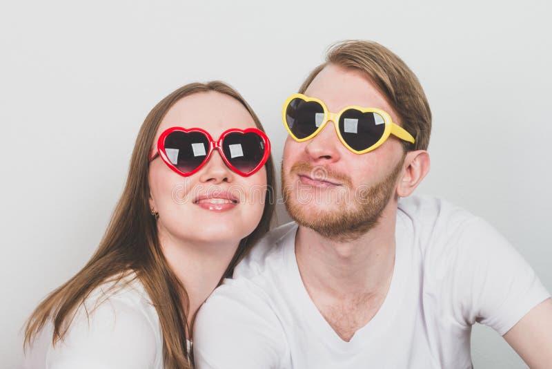 Ζεύγος στα καρδιά-διαμορφωμένα γυαλιά ηλίου στοκ φωτογραφία με δικαίωμα ελεύθερης χρήσης