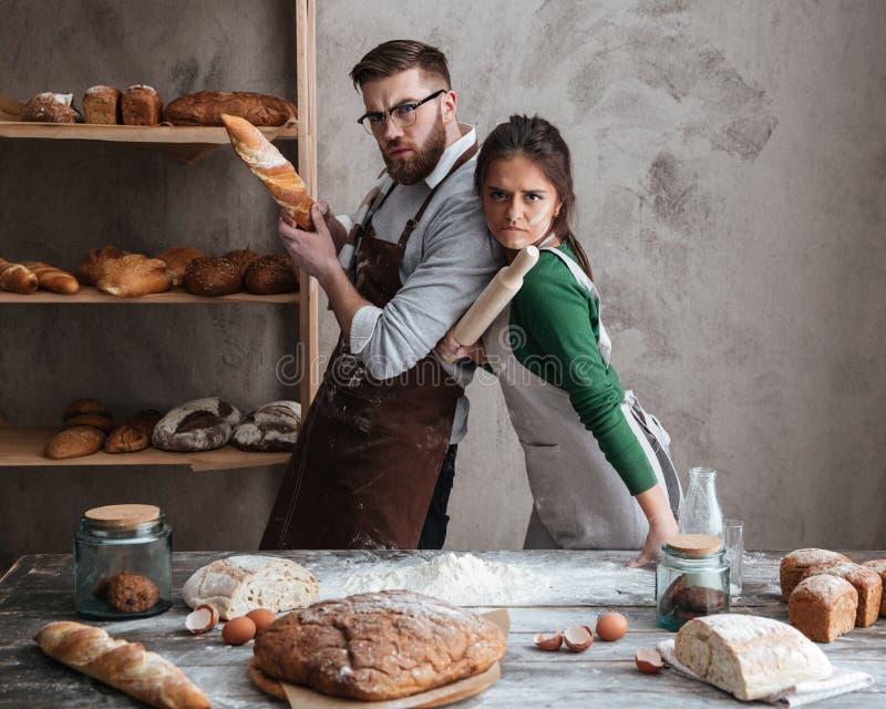 Ζεύγος στην κουζίνα που εξετάζει seriuosly τη κάμερα στοκ εικόνα με δικαίωμα ελεύθερης χρήσης