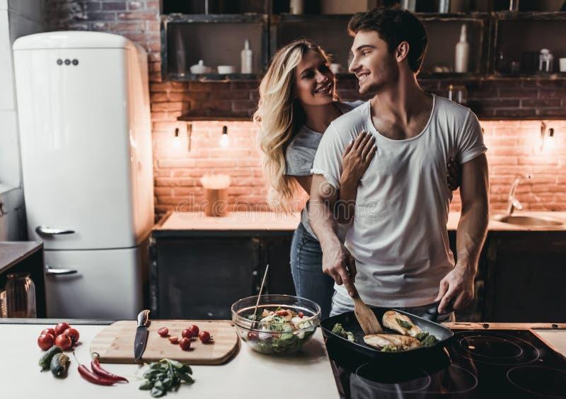 Ζεύγος στην κουζίνα στοκ εικόνες