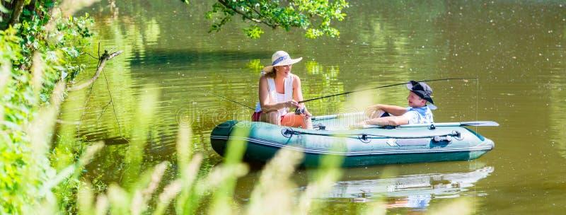 Ζεύγος στη βάρκα στην αλιεία λιμνών ή λιμνών στοκ εικόνες