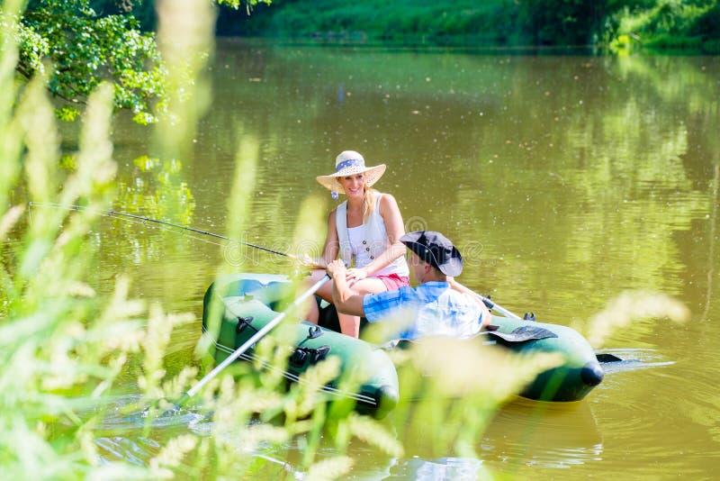 Ζεύγος στη βάρκα στην αλιεία λιμνών ή λιμνών στοκ εικόνες με δικαίωμα ελεύθερης χρήσης